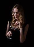 donna di vetro del vino rosso Immagini Stock