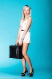 Donna di viaggio con bagagli, borsa sexy di viaggio della tenuta della ragazza Fotografia Stock Libera da Diritti