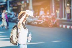 Donna di viaggio turistico sulla via di Chiang Mai Thailand fotografie stock