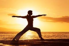 Donna di yoga al tramonto Fotografie Stock