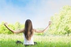 Donna di yoga all'aperto Fotografie Stock