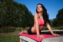 Donna di yoga all'esterno Immagine Stock
