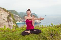 Donna di yoga Armi femminili di allungamento nella posa del loto Fotografia Stock Libera da Diritti