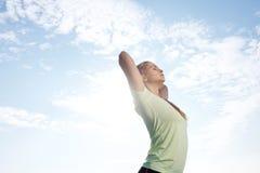 Donna di yoga che allunga allenamento di esercizio fuori Fotografie Stock Libere da Diritti