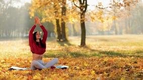 Donna di yoga che medita in Autumn Park archivi video