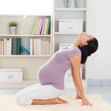 Donna di yoga che medita a casa Fotografia Stock