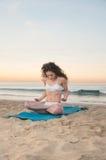 Donna di yoga della spiaggia immagini stock libere da diritti