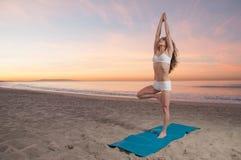 Donna di yoga della spiaggia Fotografia Stock Libera da Diritti
