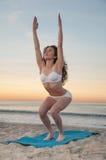 Donna di yoga della spiaggia Fotografie Stock Libere da Diritti