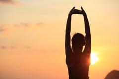 Donna di yoga di forma fisica che allunga alla spiaggia di alba Fotografia Stock Libera da Diritti