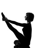 Donna di yoga di posa dell'airone di Parivrtta Krounchasana Immagine Stock