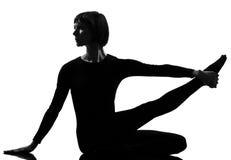Donna di yoga di posa dell'airone di Parivrtta Krounchasana Fotografie Stock