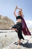 Donna di yoga di scorrimento   immagini stock
