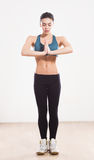 Donna di yoga isolata su fondo bianco Fotografie Stock Libere da Diritti