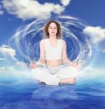 Donna di yoga sul collage della priorità bassa dell'acqua del cielo Fotografia Stock