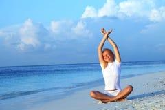 Donna di yoga sul litorale di mare Fotografia Stock Libera da Diritti