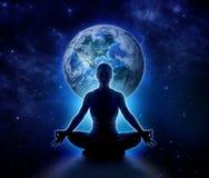 Donna di yoga sul mondo Ragazza di meditazione su pianeta Terra fotografia stock