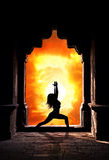 Donna di yoga in tempiale Immagini Stock