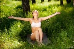Donna di Yong che gode della natura. fotografia stock