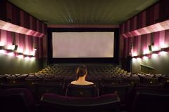 Donna di Yong nel corridoio del cinema immagini stock libere da diritti