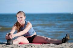 Donna di Younf che fa allungando esercitazione. Yoga Immagine Stock