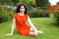 Donna di Younf che si rilassa all'aperto fotografie stock