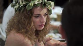 Donna di Youngd che si siede ad una tavola ad un partito Nozze, compleanno o anniversario Evento di notte o di sera stock footage
