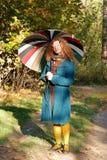 Donna di Yoyng con l'ombrello fotografie stock libere da diritti