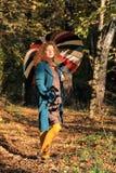 Donna di Yoyng con l'ombrello immagini stock