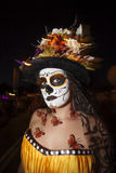 Donna in Dia De Los Muertos Makeup con le farfalle Immagini Stock Libere da Diritti