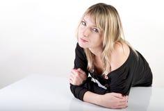 Donna dietro la tabella Immagine Stock