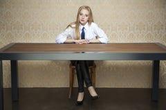 Donna dietro lo scrittorio fotografia stock libera da diritti