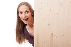 Donna dietro un bordo di legno immagini stock libere da diritti