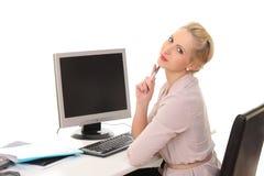 donna dietro uno scrittorio con un computer fotografie stock libere da diritti
