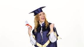Donna in diploma della tenuta dell'abito di graduazione bianco video d archivio