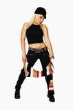 Donna diritta in jeans neri cappello e sciarpa. fotografia stock