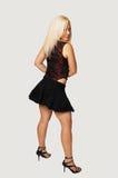Donna diritta in mini pannello esterno nero. fotografie stock