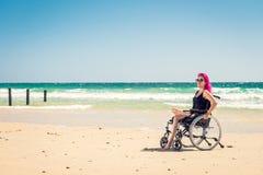 Donna disabile alla spiaggia fotografia stock libera da diritti