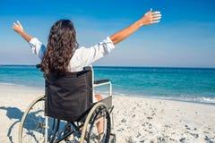 Donna disabile con le armi stese alla spiaggia Fotografia Stock Libera da Diritti