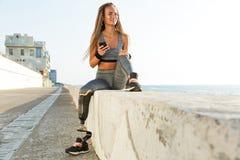 Donna disabile felice dell'atleta con la gamba prostetica fotografia stock