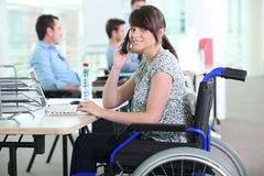 Donna disabile in ufficio Fotografia Stock Libera da Diritti