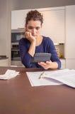 Donna disoccupata con le fatture mensili di rassegna di debiti Immagine Stock Libera da Diritti