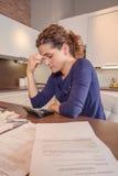 Donna disoccupata con le fatture mensili di rassegna di debiti Immagini Stock Libere da Diritti
