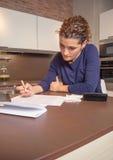 Donna disoccupata e divorziata con l'esame di debiti Immagini Stock