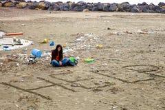 Donna disperata circa sporcizia ed inquinamento sulla spiaggia che chiede l'aiuto Fotografie Stock Libere da Diritti