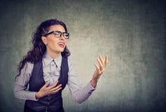 Donna disperata di affari che chiede l'aiuto immagine stock libera da diritti