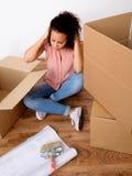 Donna disperata e stanca durante la rilocazione fotografia stock