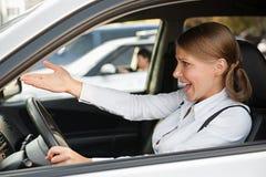 Donna Displeased che conduce l'automobile immagini stock