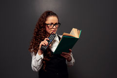 Donna divertente che legge il libro con interesse Fotografia Stock Libera da Diritti
