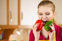 Donna divertente che prende morso di peperone dolce immagine stock